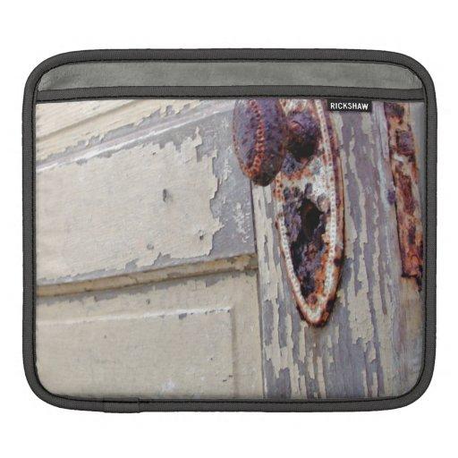 La puerta y el tirador de puerta antiguos en granj mangas de iPad