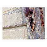 La puerta y el tirador de puerta antiguos en granj postal