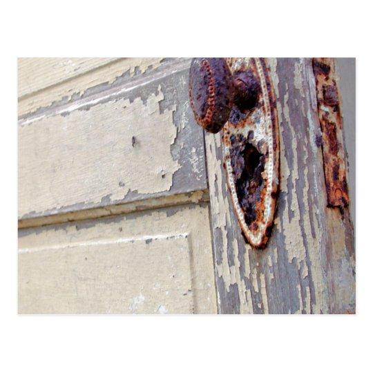La puerta y el tirador de puerta antiguos en granj tarjetas postales