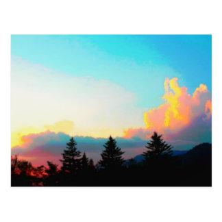 La puesta del sol ahumada de las montañas postales