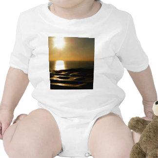 La puesta del sol Bigbury encima considera Traje De Bebé