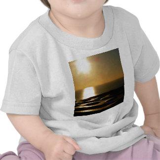La puesta del sol Bigbury encima considera Camiseta