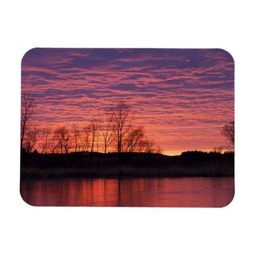 La puesta del sol brillante refleja en el río del  iman flexible