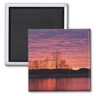 La puesta del sol brillante refleja en el río del  imán cuadrado