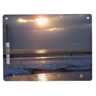 La puesta del sol del océano de la playa agita al pizarras blancas de calidad