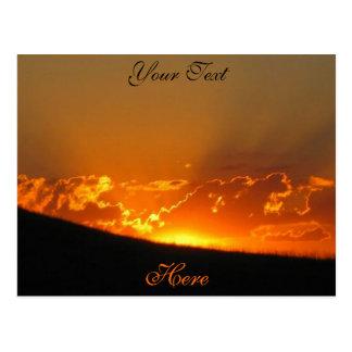 La puesta del sol en el horizonte/el personalizar  postales