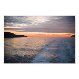 La puesta del sol en el sonido de reflexiona sobre fotografías