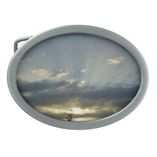 La puesta del sol enciende para arriba el cielo hebilla cinturón oval