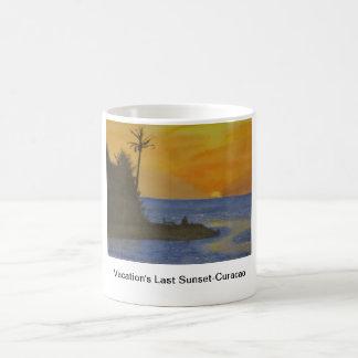 La puesta del sol pasada de las vacaciones - taza clásica
