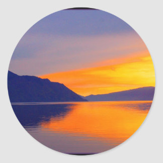 La puesta del sol púrpura en sistema del Pend Pegatina Redonda