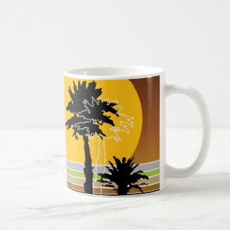 La puesta del sol retra tropical de la playa de la taza