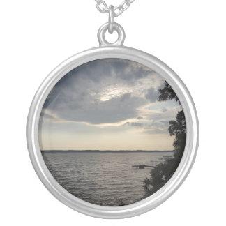 La puesta del sol se nubla el lago NY Cayuga Colgante Redondo