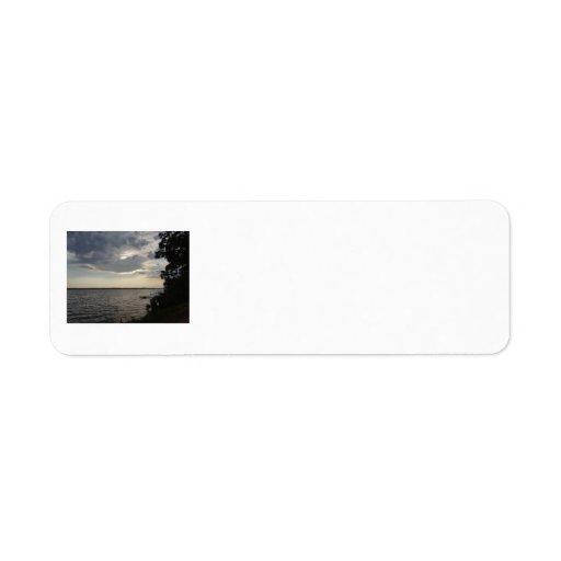 La puesta del sol se nubla el lago NY Cayuga Etiqueta De Remite