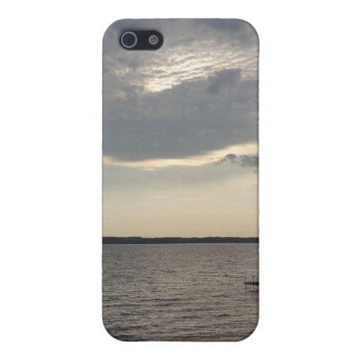 La puesta del sol se nubla el lago NY Cayuga iPhone 5 Cárcasas