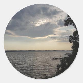 La puesta del sol se nubla el lago NY Cayuga Pegatina Redonda