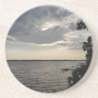 La puesta del sol se nubla el lago NY Cayuga Posavasos Para Bebidas