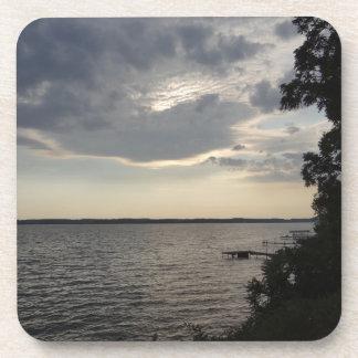 La puesta del sol se nubla el lago NY Cayuga Posavasos De Bebida