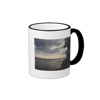 La puesta del sol se nubla el lago NY Cayuga Taza De Café