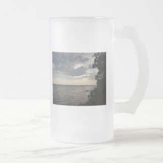 La puesta del sol se nubla el lago NY Cayuga Taza