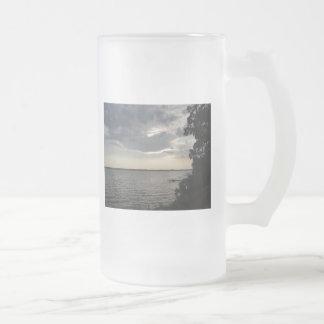 La puesta del sol se nubla el lago NY Cayuga Taza De Cristal