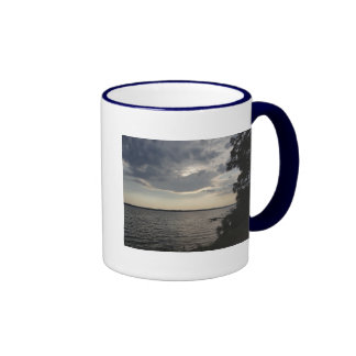 La puesta del sol se nubla el lago NY Cayuga Taza De Dos Colores