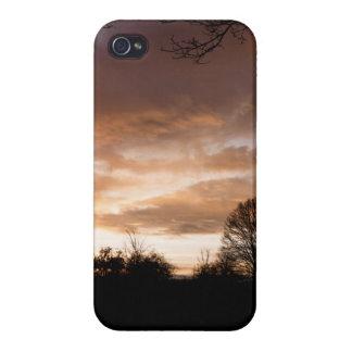La puesta del sol siluetea árboles iPhone 4/4S carcasas