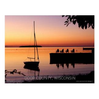 La puesta del sol siluetea la postal