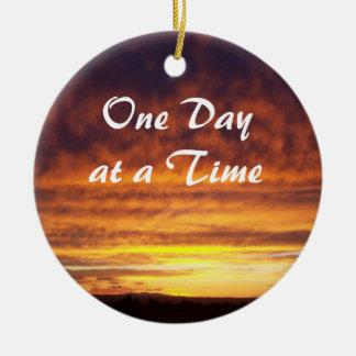 La puesta del sol un día a la vez adorna adorno navideño redondo de cerámica