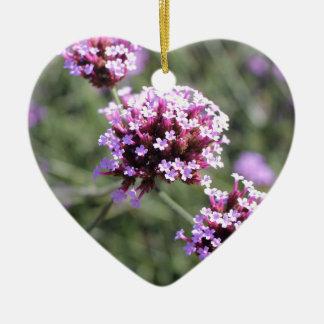 La puntilla rosada de la flor de la verbena me adorno navideño de cerámica en forma de corazón