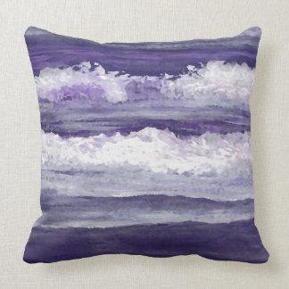 La púrpura agita la almohada de la decoración de