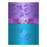 La púrpura, boda floral del monograma de los coraz invitación