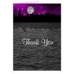La púrpura de la luna de la silueta del horizonte tarjetón