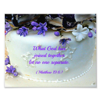 La púrpura florece el pastel de bodas con verso de impresión fotográfica