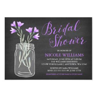 """La púrpura florece la ducha nupcial de la pizarra invitación 5"""" x 7"""""""