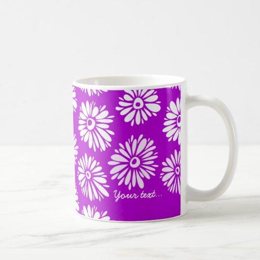 La púrpura florece la taza verde