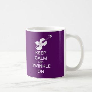 La púrpura guarda centelleo tranquilo en el violín tazas