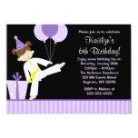 """La púrpura hincha cumpleaños del chica del karate invitación 5"""" x 7"""""""