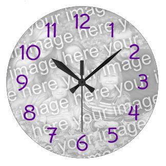 La púrpura numera el reloj de pared de la foto