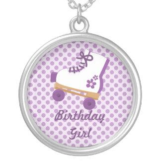 La púrpura puntea el collar del chica del cumpleañ