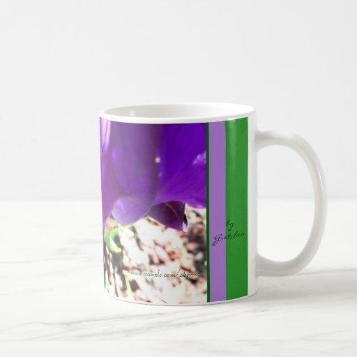 La púrpura real del iris púrpura Plumes la taza de