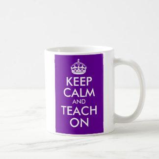 La púrpura y el blanco guardan calma y la enseñan  taza de café