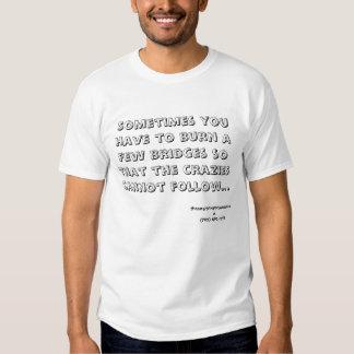 La quemadura tiende un puente sobre la camiseta remera