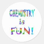 La química es diversión pegatina redonda