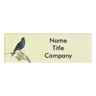 La rama negra elegante del pájaro sale de chapa identificatoria