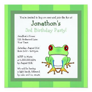 """La rana arbórea linda con cumpleaños de las rayas invitación 5.25"""" x 5.25"""""""