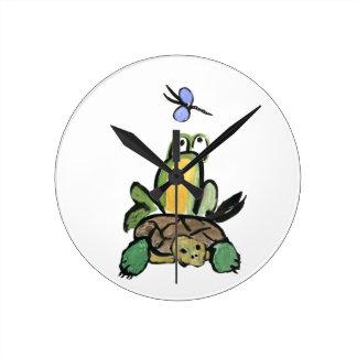 La rana coge un paseo en tortuga relojes
