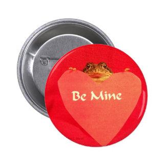 ¿La rana del sapo que lleva a cabo un corazón que  Pin Redondo De 2 Pulgadas