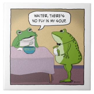 La rana divertida se queja por ninguna mosca en mi azulejo cuadrado grande
