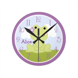 La rana linda personalizada del chica embroma el reloj redondo mediano