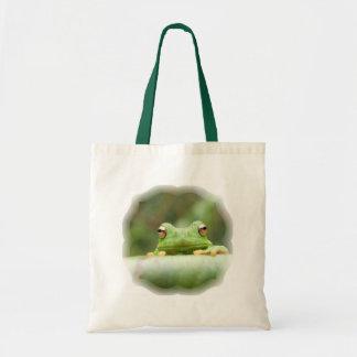 La rana observa la bolsa de asas